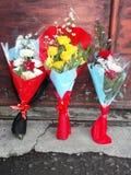 Eingewickelte Blumensträuße von Blumen Stockfotos