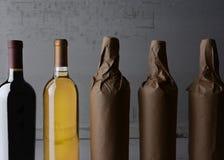 Eingewickelte Flaschen des Weins Stillleben lizenzfreie stockbilder
