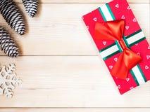 Eingewickelte Geschenkbox auf dem hölzernen Brett Weihnachts- und des neuen Jahreskonzept Stockbilder