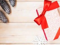 Eingewickelte Geschenkbox auf dem hölzernen Brett Weihnachts- und des neuen Jahreskonzept Lizenzfreies Stockbild