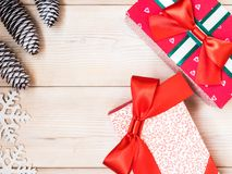 Eingewickelte Geschenkboxen auf dem hölzernen Brett Weihnachts- und des neuen Jahreskonzept Lizenzfreies Stockfoto