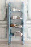 Eingewickelte Geschenkboxen mit silbernen Weihnachtsverzierungen Lizenzfreie Stockbilder