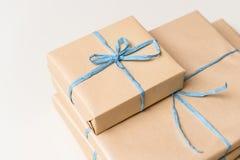 Eingewickelte Geschenkboxen stellt sich für chirstmas Jahrestag dar und heiratet Stockfotografie