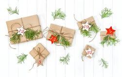 Eingewickelte Geschenke Einführungskalenderweihnachtsbaumastdekoration stockbild