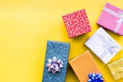 Eingewickelte Geschenke für 26. Dezember 2018 auf gelbem copyspace Draufsicht des Hintergrundes Stockfotografie