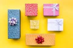Eingewickelte Geschenke für Muster des 26. Dezembers 2018 auf Draufsicht des gelben Hintergrundes Stockfotos