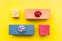 Eingewickelte Geschenke für Muster des 26. Dezembers 2018 auf Draufsicht des gelben Hintergrundes Lizenzfreies Stockbild