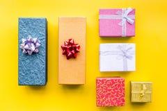 Eingewickelte Geschenke für Muster des 26. Dezembers 2018 auf Draufsicht des gelben Hintergrundes Stockfotografie