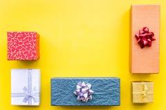 Eingewickelte Geschenke für Muster des 26. Dezembers 2018 auf gelbem copyspace Draufsicht des Hintergrundes Lizenzfreie Stockfotos
