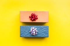 Eingewickelte Geschenke für Muster des 26. Dezembers 2018 auf gelbem copyspace Draufsicht des Hintergrundes Lizenzfreie Stockbilder