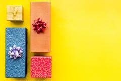 Eingewickelte Geschenke für Muster des 26. Dezembers 2018 auf gelbem copyspace Draufsicht des Hintergrundes Lizenzfreies Stockbild