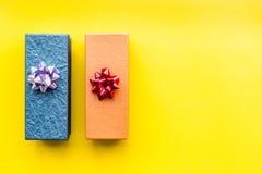 Eingewickelte Geschenke für Muster des 26. Dezembers 2018 auf gelbem copyspace Draufsicht des Hintergrundes Stockfoto