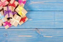 Eingewickelte Geschenke mit bunten Bändern für Weihnachten oder andere Feier, Kopienraum für Text auf blauen Brettern stockbilder