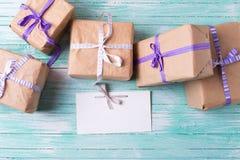 Eingewickelte Kästen mit Geschenken und Empty tag Lizenzfreie Stockfotos