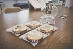 Eingewickelte süße Kürbis- und Süßkartoffeltorten und ein Glaskessel auf Holztisch lizenzfreies stockbild