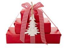 Eingewickelte Weihnachtsgeschenke im Rot Stockfotografie