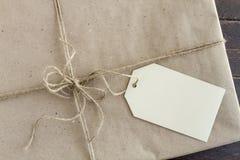 Eingewickelte Weihnachtsgeschenke mit leerem Tag Lizenzfreies Stockbild