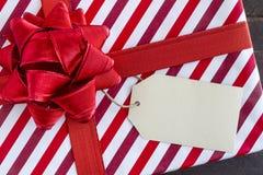 Eingewickelte Weihnachtsgeschenke mit leerem Tag Stockbilder