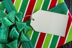 Eingewickelte Weihnachtsgeschenke mit Tag Stockfotografie