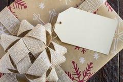 Eingewickelte Weihnachtsgeschenke mit Tag Lizenzfreie Stockfotografie