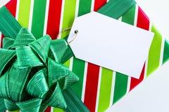 Eingewickelte Weihnachtsgeschenke mit Tag Lizenzfreie Stockbilder