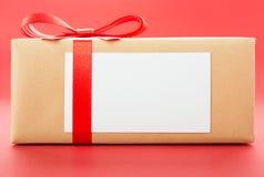 Eingewickelter Geschenkkasten mit Grußkarte stockbilder