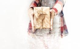 Eingewickeltes Geschenk für neues Jahr und Weihnachten Lizenzfreies Stockfoto