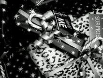 Eingewickeltes und verziertes Weihnachtsgeschenk stockfotos