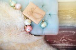 Eingewickeltes Weihnachtsgeschenk Stockfotos