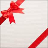 Eingewickeltes Weinlesegeschenk mit rotem Bogen lizenzfreies stockbild