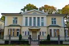 Eingezäunte Villa Stockfoto