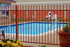 Eingezäunter Swimmingpool Lizenzfreie Stockfotos