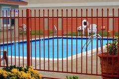 Eingezäunter Swimmingpool Lizenzfreie Stockfotos