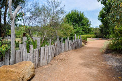 Eingezäunter Weg in den botanischen Gärten stockfotos