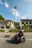 Einheimisch-Antriebsmotorrad auf der Straße Lizenzfreie Stockfotografie