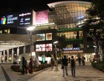 Einheimische besichtigen ein sehr großes Einkaufszentrum in Singapur Lizenzfreie Stockbilder
