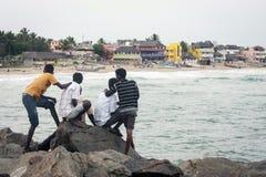 Einheimische, die an Mahabalipuram-Strand sich entspannen Stockbild