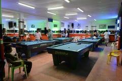 Einheimische entspannen sich im Billardclub Stockbild