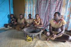 Einheimische Fijiansmänner nehmen an traditioneller Kava-Zeremonie teil lizenzfreies stockfoto
