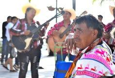 Einheimische mexikanische Männer, die am Pier stationieren Lizenzfreies Stockbild