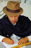 Einheimische Schreibensanmerkungen des jungen Mannes zur Musik mit quena geriffelt, Konzept der Komposition Lizenzfreies Stockfoto