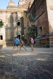 Einheimische spielen mit dem Treten von Ball chinlon im populären Spiel sepak takraw Lizenzfreie Stockfotografie