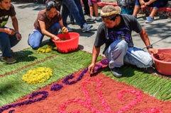 Einheimische stellen Karwocheteppich, Antigua, Guatemala her Stockbild