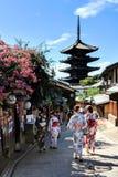 Einheimische und Touristen oben gekleidet in den Kimonos, schlendernd durch den vibrierenden Geishabezirk von Gion in Kyoto, Japa stockbild