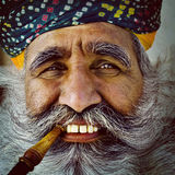 Einheimischer älterer indischer Mann, der das Kamera-Konzept betrachtet Lizenzfreie Stockfotografie