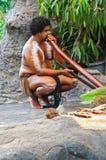 Eingeborener Ausführender mit didgeridoo Stockfotos