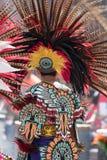 Einheimischer mexikanischer Mann, der ein buntes traditionelles Kostüm trägt Lizenzfreie Stockbilder