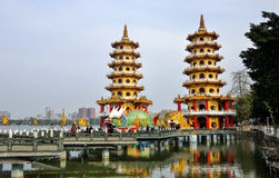 Einheimischer mit Chinesisch-ähnlichem Architekturinteresse - Dragon Tiger Tower Stockfoto