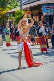 Einheimischer Tänzermann mit dem traditionellen Kostüm, das Behälter mit hält Lizenzfreies Stockbild