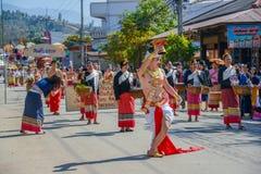 Einheimischer Tänzermann mit dem traditionellen Kostüm, das Behälter mit hält Stockfotos